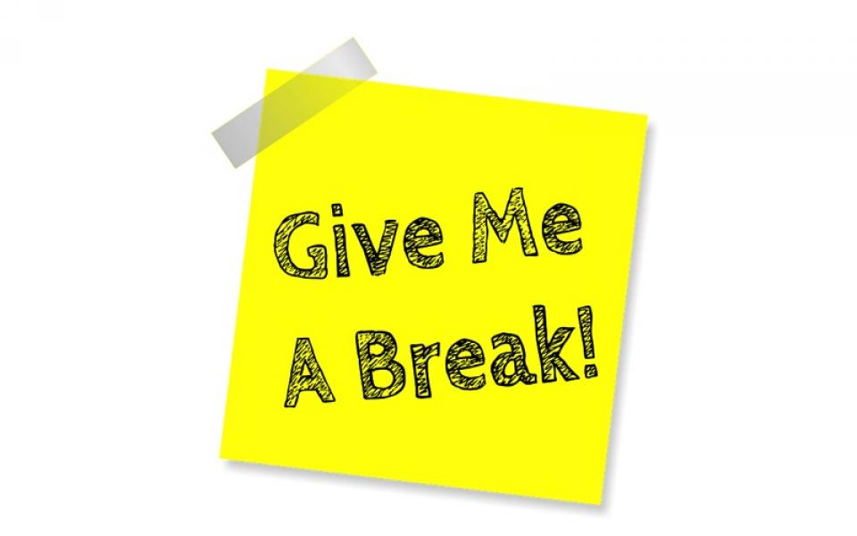 「Give me a break」の意味とは?「Give」を使った英語表現7選