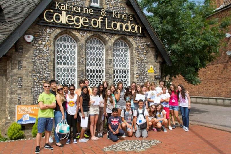 Katherine and King's College of London校舎と生徒